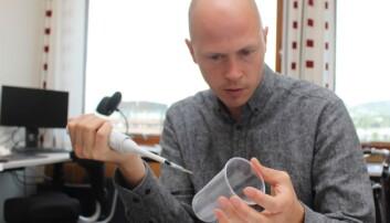 Andreas Carlson har latt seg inspirere av blant annet plantene i kannebærerslekten, men de nye FLIPS-materialene er mye smartere enn noe naturen har funnet på. (Foto: Bjarne Røsjø, UiO)