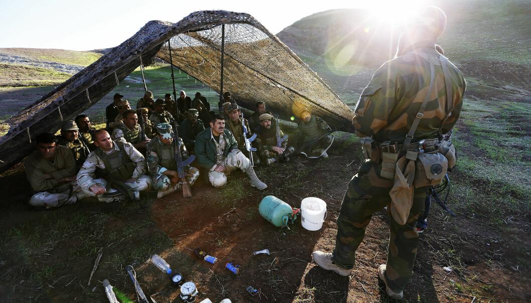 Soldater fra Telemark-bataljon har trent opp kurdiske Peshmerga-soldater i grunnleggende ferdigheter som skyting, sanitet og enkle stridsteknikker. Bildet er fra en leir ved Erbil i Nord-Irak i 2015. (Foto: Torbjørn Kjosvold/Forsvaret)