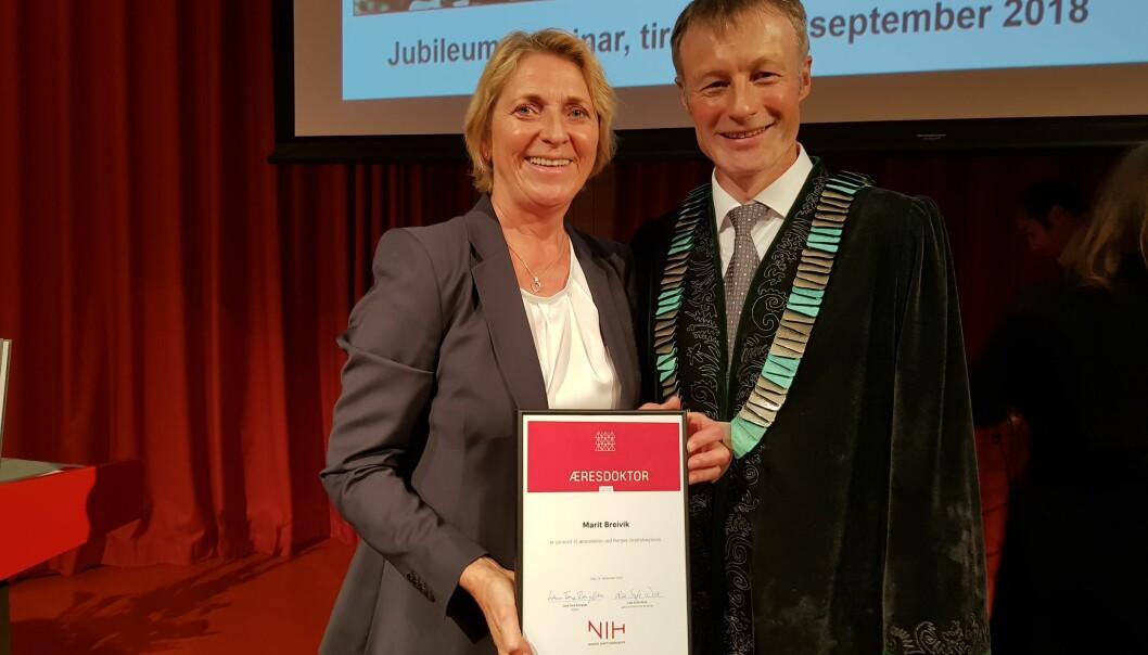 Stolt, glad og overrasket. Marit Breivik er blitt utnevnt til æresdoktor ved Norges idrettshøgskole. Rektor Lars Tore Roglan er også fornøyd. (Foto: Nina Kristiansen)