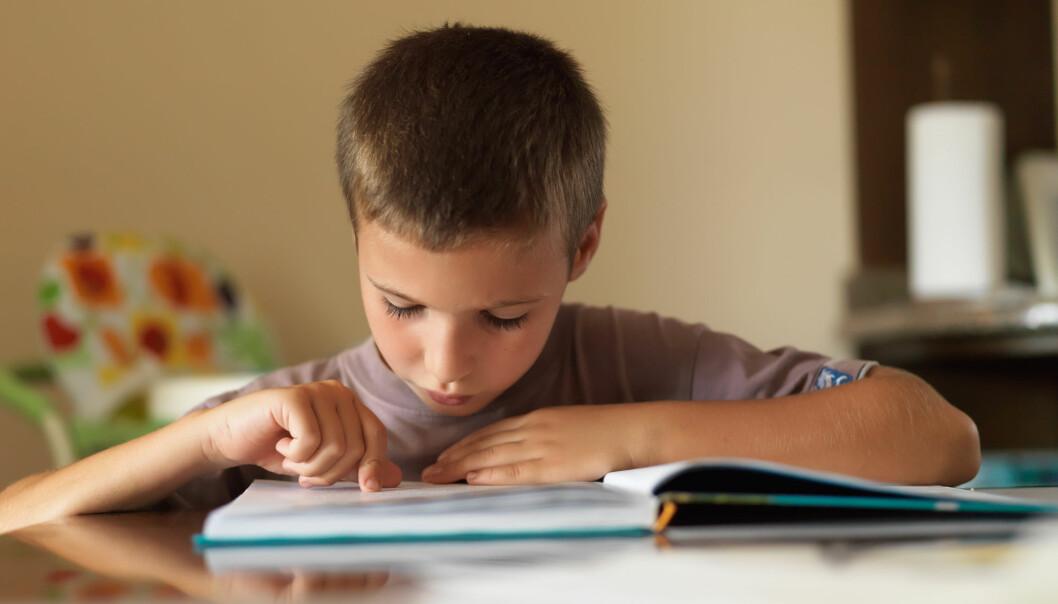 Barn har dannet seg erfaringer som påvirker deres oppfatning av seg selv som lesere allerede i førskolealder. – Dette må vi være oppmerksomme på, sier forsker. (Illustrasjonsfoto: Valua Vitaly / Shutterstock / NTB scanpix)