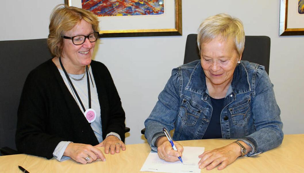 Administrerende direktør ved Sykehuset Innlandet, Alice Beathe Andersgaard, og rektor ved Høgskolen i Innlandet, Kathrine Skretting, signerte onsdag en samarbeidsavtale der målet er å opprette et nytt doktorgradsprogram i Innlandet. (Foto: INN)