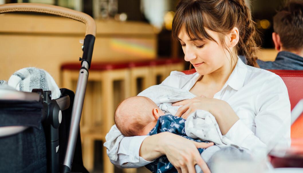 Kvinner blir i dag sendt så raskt hjem fra sykehusene etter en fødsel at de ikke er helt komfortable med å skulle amme. En forsker har imidlertid funnet ut hvordan man kan forberede dem. (Foto: Iryna Inshyna / Shutterstock / NTB scanpix)
