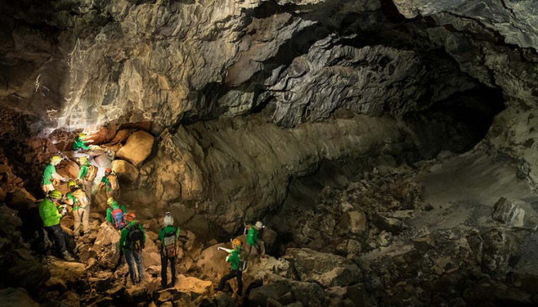 Framtidige romfarere undersøker et såkalt lavarør, altså en lang tunnel dannet av lava, på Lanzarote. Slike tunneler finnes både på månen og på Mars. (Foto: ESA/R. Shone)