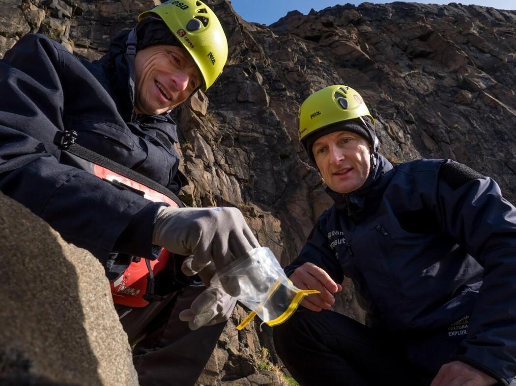 Romfarerne Pedro Duque (t.v) og Matthias Maurer lærer seg geologi og planetforskning. (Foto: ESA S. Sichio)