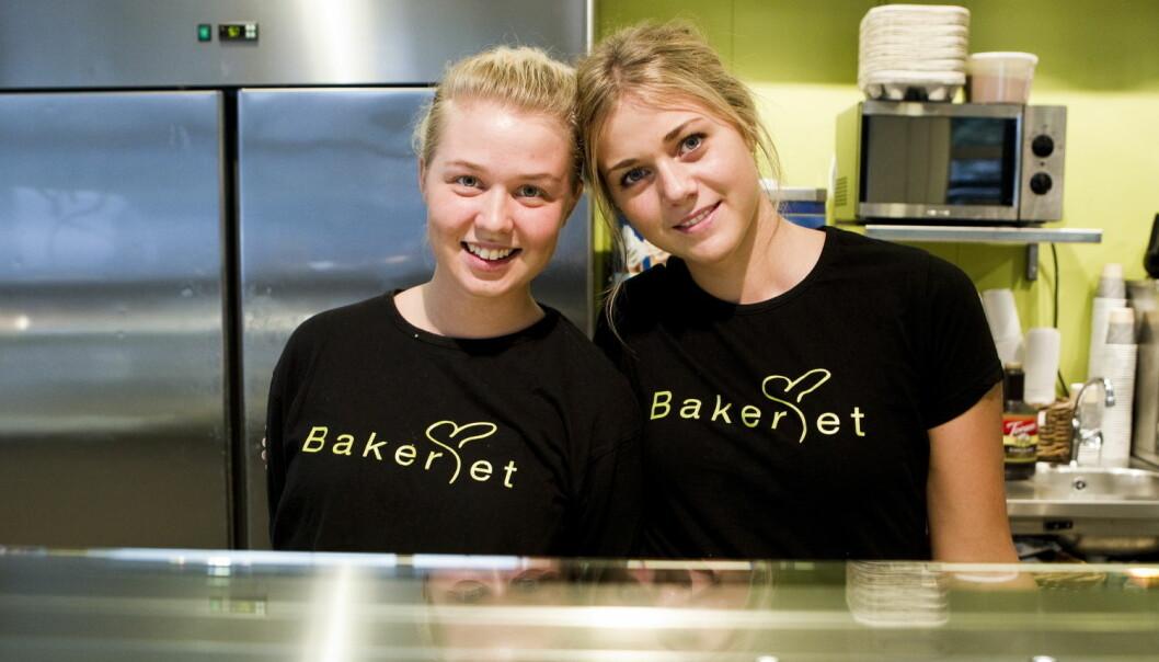 Sonja Ranta og Louice Fogel fra Sverige fikk jobb på et bakeri i Oslo. Flere unge i Norge bør pushes mer til å jobbe, mener professor.  (Foto: Berit Roald / NTB Scanpix)