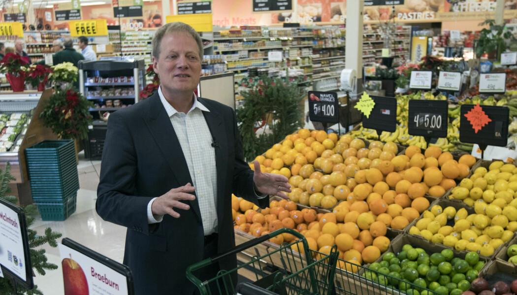 Brian Wansink gjør et intervju på et supermarked i 2016. Nå må han slutte i sin stilling ved Cornell University. (AP Photo/Mike Groll)