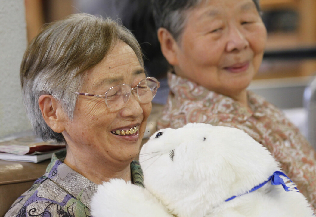 – Og hva med de eldste voksne, de som får en robotkatt, eller robotselen ved navn Paro, som selskap på eldrehjemmet. En vakker sel med myk pels, som reagerer på både lyd og berøring. En sel som eldre demente viser seg å ha store problemer med å skille fra noe levende, når de med stor glede koser seg med sine nye venner, skriver Henrik Skaug Sætra. (Foto: Kim Kyung-hoon / Reuters / NTB Scanpix)