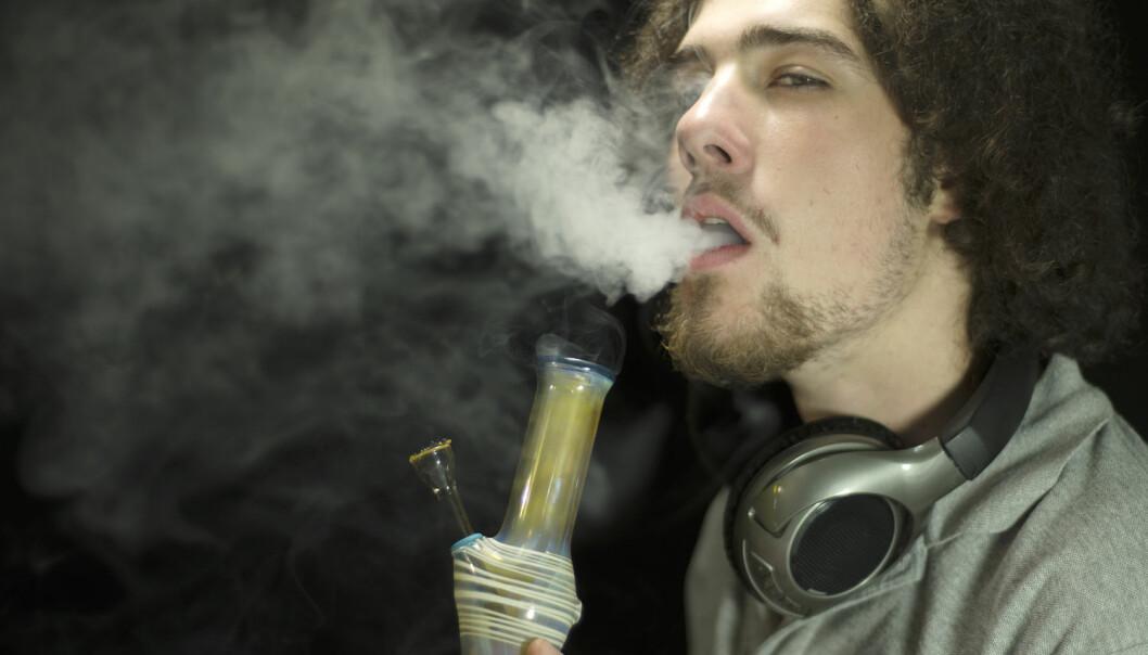 Noen unge har en oppfatning av at hasj ikke er verre enn alkohol. Men i virkeligheten blir man mye raskere avhengig av hasj.  (Foto: william casey / Shutterstock / NTB scanpix)