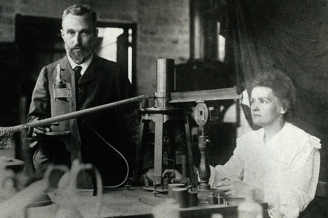 Marie Curie og Pierre Curie i laboratoriet deres i Paris. (Bilde: Ukjent)