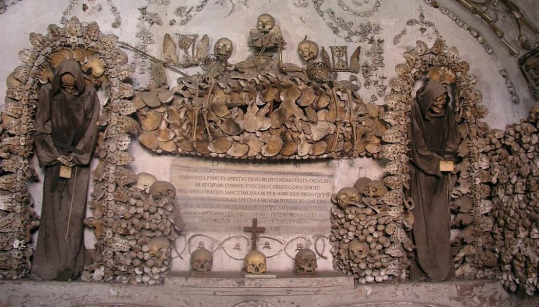 Capuchin-krypten i Roma, kjent for å være dekorert med skjellettene til munkene som bodde i klosteret. Alle disse skallene og knoklene er bygget opp av blant annet littegranne radioaktivt karbon. (Bilde: Dnalor 01/CC BY-SA 3.0)