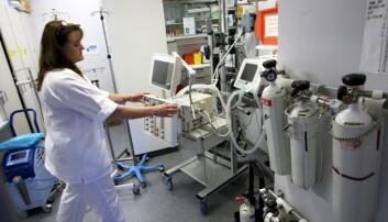 Sykepleiere jobber med teknologi hele tiden, men studien til Aud Obstfelder viser likevel at kjernen i sykepleierfaget oppfattes som det motsatte av teknologi. Her en sykepleier på et utstyrsrom på St. Olavs Hospital i Trondheim. (Foto: Gorm Kallestad, NTB Scanpix)