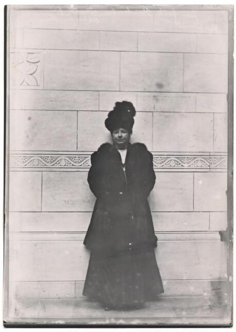 a6587ce8 Her ser vi den første kvinnen som stemte ved Københavns Rådhus 17. mars  1909.