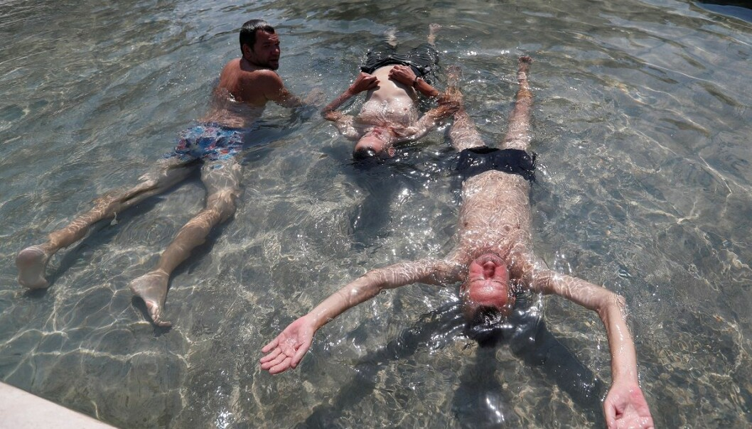 Folk kjølte seg ned i fontenene i Budapest da varmen var som verst i sommer. (Foto: Laszlo Balogh, Reuters, NTB scanpix)