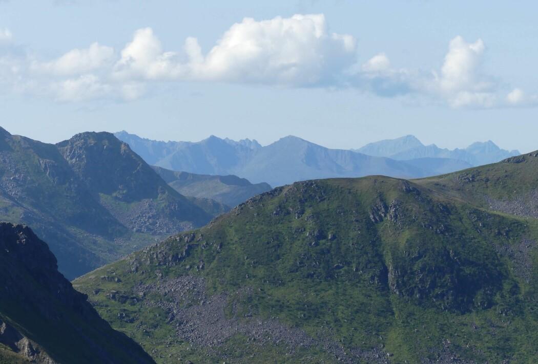 Hinnøya i Vesterålen har noen av de eldste bergartene i Norge, dannet for 2,6 milliarder år siden. (Foto: Ane K. Engvik)