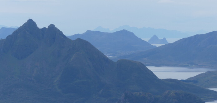 Fjell på fjell – mange av tindene på Langøya i Vesterålen består av forskjellige typer magmatiske bergarter opprinnelig dannet ved at smelte størknet i dypet av jordskorpen (Foto: Ane K. Engvik)