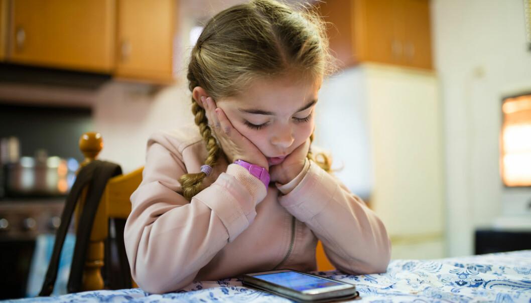 Det finnes for eksempel verktøy til mobilen som gir barn med funksjonsnedsettelse mulighet til å trener språk. – Flere barn opplevde også å endelig få mulighet til å sitte med nesa i en telefon, akkurat som alle andre, sier forsker. (Foto: Shutterstock / NTB scanpix)