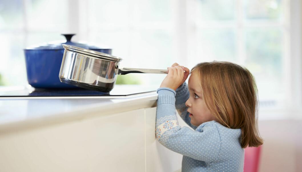Hva gjør du om barnet ditt får glovarmt vann over seg? Her får du råd fra ekspertene ved Oslo universitetssykehus. (Illustrasjonsfoto: Colourbox)