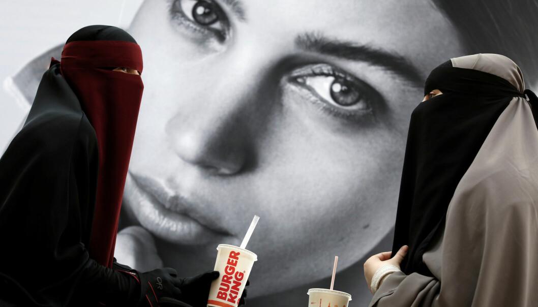 Ayah (37) og Aisha (18) bærer begge niqab. De deltar i gruppen «Kvinder i dialog» som demonstrerte mot det nye niqab-forbudet i Danmark. (Foto: Andrew Kelly/ Reuters/NTB scanpix)