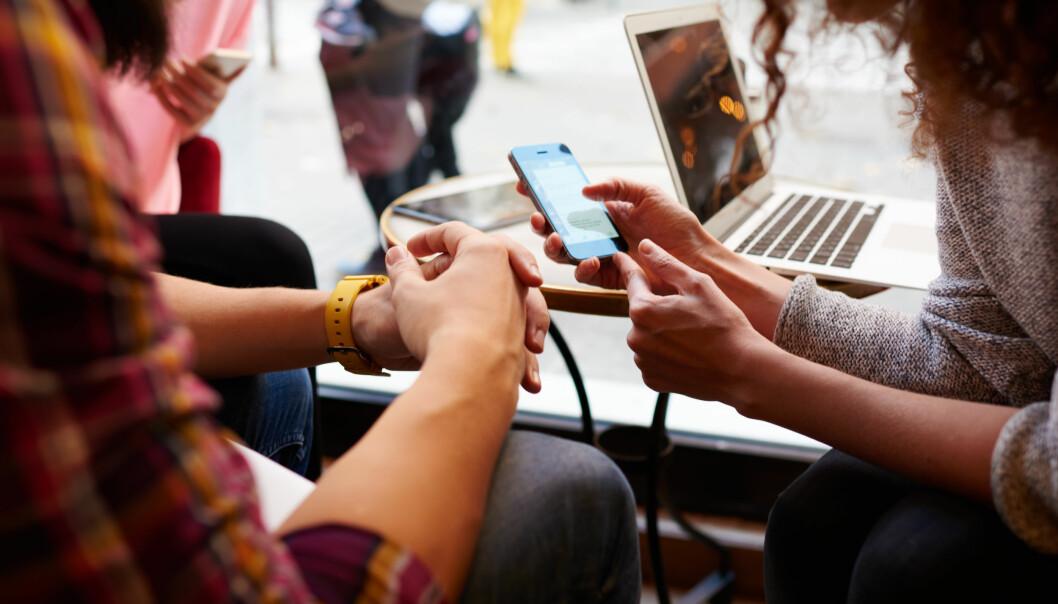Folk i verden bruker i dag mer tid på sosiale medier som Facebook og YouTube enn de bruker på å spise og drikke, stelle og pynte seg, og å være sammen med venner – til sammen. (Foto: GaudiLab, Shutterstock, NTB scanpix)
