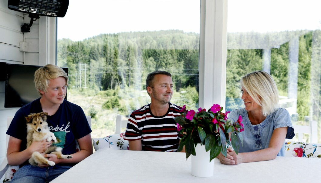 Familien Nerby forsøker å minne hverandre på at det tross alt kunne gått mye verre med Nils Raymond. (Foto: Nasjonalforeningen for folkehelsen)