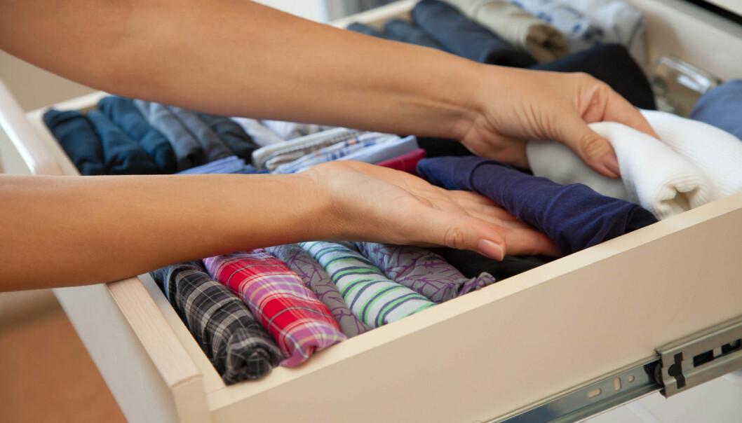 La ikke klærne ligge for lenge av gangen i hjemmet hvis det er mye PCB i bygningen. Giftstoffet setter seg i klærne over tid.  (Foto: Kostikova Natalia / Shutterstock / NTB scanpix)
