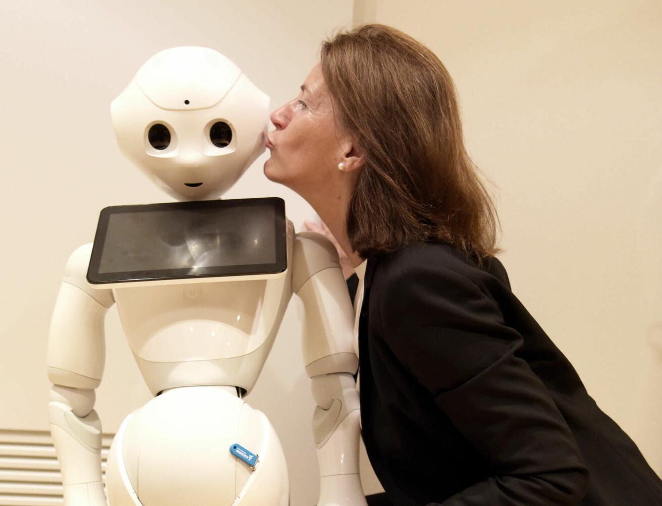 Professor Bettina Husebø møtte roboten Pepper, som aktiviserer sykehjemspasienter i Tokyo. (Foto: Kim E. Andreassen / Universitetet i Bergen)