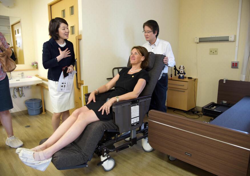Bettina S. Husebø prøver sengen som kan bli til en rullestol med et par tastetrykk. (Foto: Kim E. Andreassen / Universitetet i Bergen)