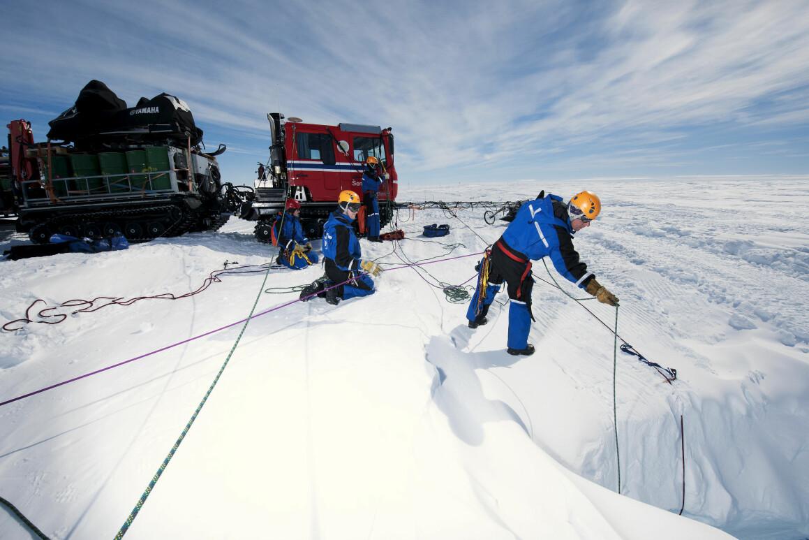 Her sjekker forskerne en bresprekk på isbremmen Fimbulisen. (Foto: Elvar Ørn Kjartansson / Norsk Polarinstitutt)