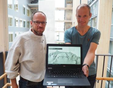 Topograf Harald Faste Aas (t.v.) og isbreforsker Geir Moholdt ønsker REMA-dataene velkommen inn i både kartleggingen og klimaforskningen i Antarktis. Her med skjermbilde av nyvinningen. (Foto: Elin Vinje Jenssen / Norsk Polarinstitutt)