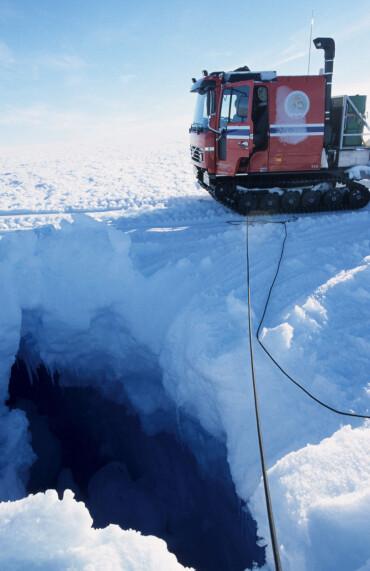 Gode kart fra Antarktis vil øke sikkerheten for ferdsel i terrenget. Bratte helninger og sprekker i isbreene oppdages lettere - det er viktig for forskere. (Foto: Stein Tronstad / Norsk Polarinstitutt)