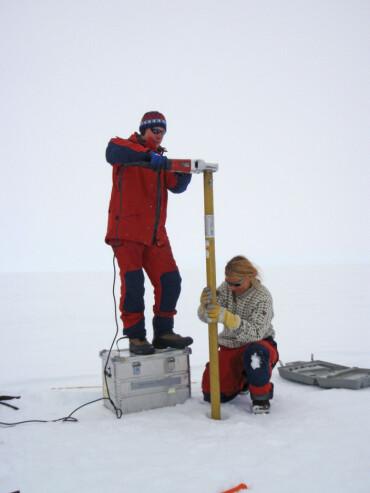 Forskerne får bedre muligheter til å overvåke virkningen av klimaendringer i Antarktis kan vi bruke REMA-datene. På bildet ser vi forskere i arbeid på Fimbulisen i 2010 der de studerte hvilke virkninger klimaet i området kan få for resten av kloden.