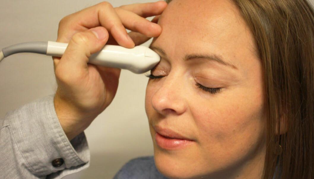 Gjennom å undersøke pasientens øye med ultralyd, kan legene avsløre høyt hjernetrykk. (Foto: NiSonic)