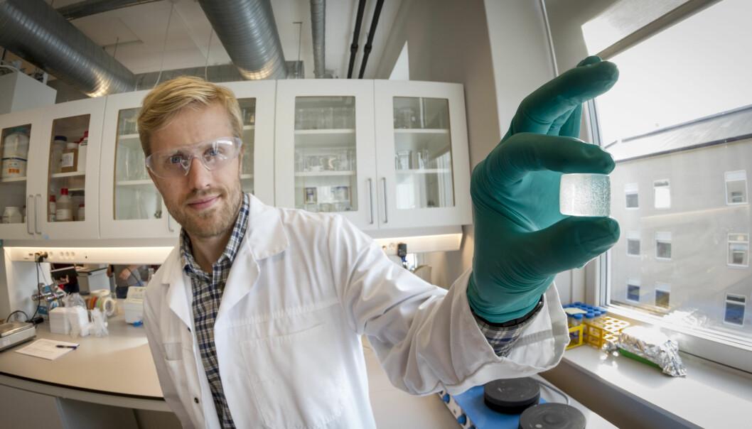 SINTEF-forsker og bioteknolog Øystein Arlov viser fram en alginatgelé som bokstavelig talt danner grobunn for de kunstige bruskcellene. (Foto: Thor Nielsen)