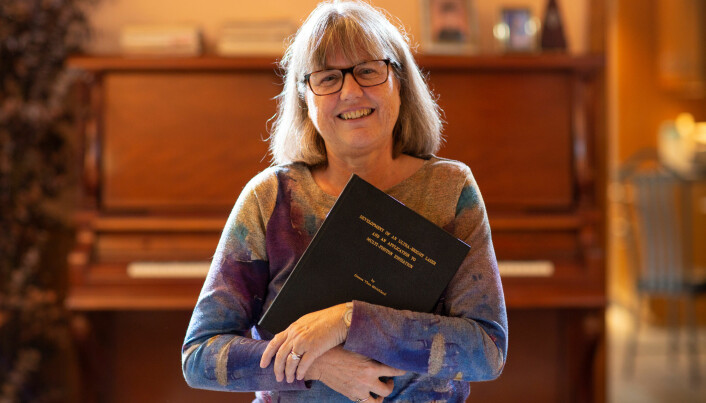 Donna Strickland viser frem doktorgradsavhandlingen som nå har gitt henne en nobelpris i fysikk. Hun er en av tre kvinner i verdenshistorien som har blitt tildelt prisen. (Foto: Peter Power / Reuters / NTB scanpix)