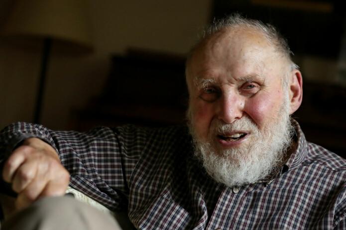 Nobelprisvinner Arthur Ashkin, smilende i sitt hjem i Rumson, New Jersey i USA. (Foto: Brendan McDermid / Reuters / NTB Scanpix)
