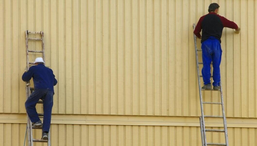 Nordmenn og østeuropeere jobber side om side ved norske byggeplasser. De snakker ofte ikke med hverandre i løpet av en arbeidsdag. Lederne viser ingen interesse for hva de utenlandske arbeiderne kan bidra med. (Foto: Bjørn Rørslett, NTB scanpix)
