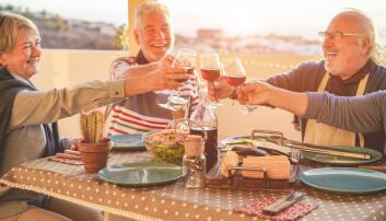 Selv om de eldre drikker mer enn de unge, har de mindre bakrus. Se bare hvor glade de er. (Foto: DisobeyArt / Shutterstock / NTB scanpix)