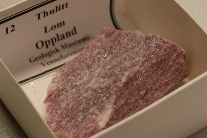 Dette thulitteksemplaret kommer fra Lom. Akkurat som ideen om at mineralet er Norges nasjonalstein. (Foto: Eivind Torgersen)