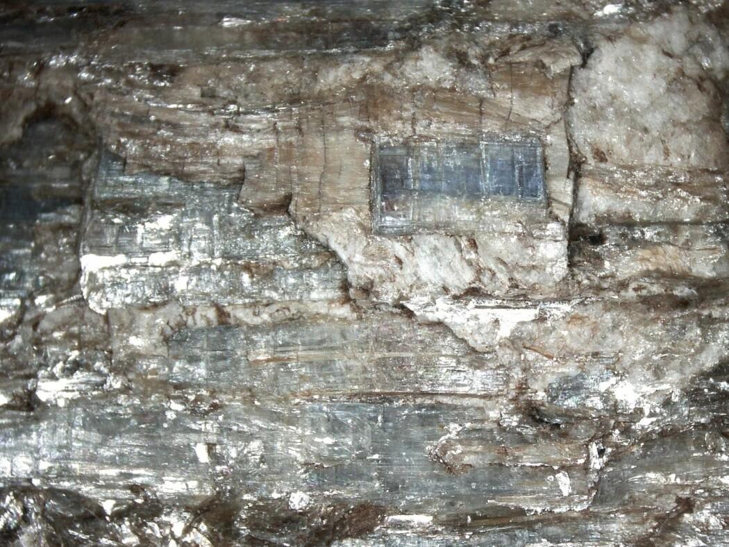 Dette mineralet finnes i flere farger, men blå er den mest vanlige. (Foto: Eivind Torgersen)