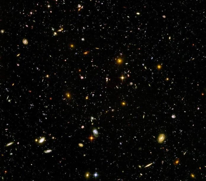 Hubble Ultra Deep Field lar oss kikke dypt langt inn i verdensrommet. Hver lysende prikk på bildet er en galakse som i sin tur består av et ufattelig antall stjerner og planeter. (Foto: NASA, ESA, S. Beckwith (STScI) and the HUDF Team).