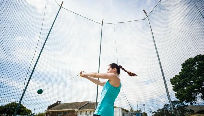 Mens sleggekasteren snurrer slegga rundt, står hun støtt. Når hun slipper, mister hun balansen. (Foto: Shutterstock)