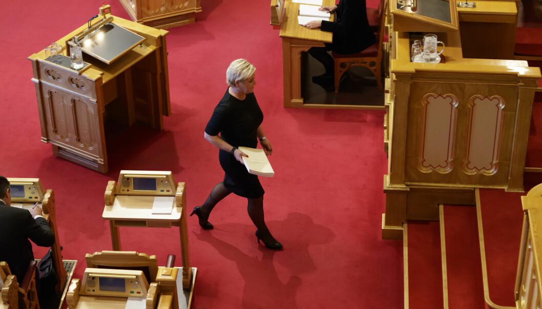 Finansminister Siv Jensen på vei opp på Stortingets talerstol for å legge fram neste års statsbudsjett. (Foto: Cornelius Poppe / NTB scanpix)