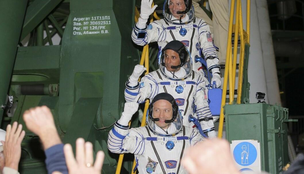 Den russiske kosmonauten Alexander Misurkin (nederst), og de amerikanske astronautene Joseph Acaba (i midten) og Mark Vande Hei (øverst) avbildet idet de forbereder ombordstigning i romkapselen. (Foto: AP, NTB scanpix)