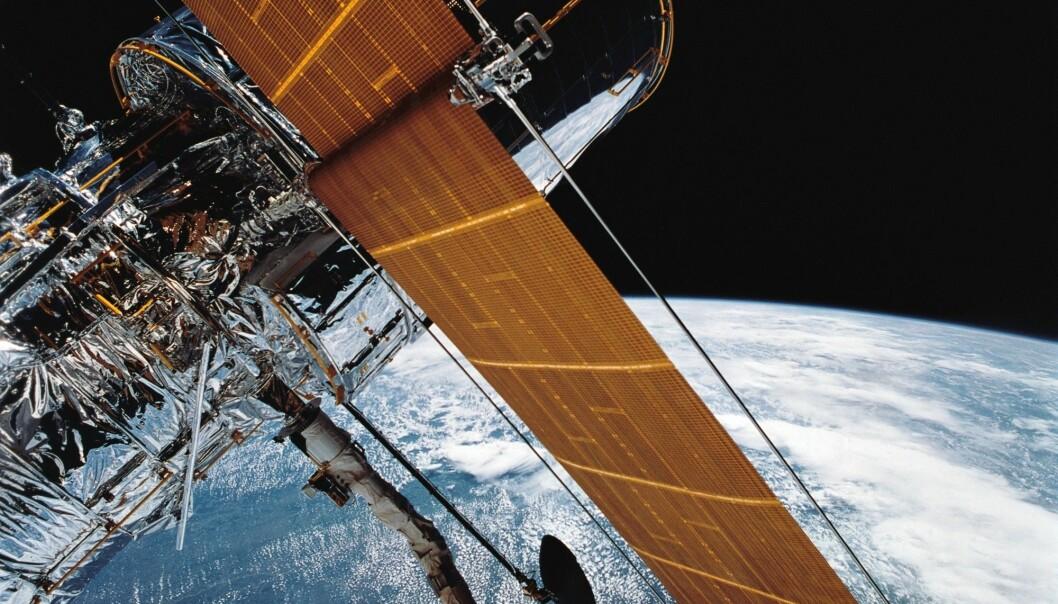 Et bilde fra NASA viser utplasseringen av romteleskopet Hubble fra romferja Discovery i 1990. (Foto: NASA / AP / NTB scanpix)