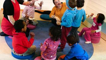 Barnehageansatte og andre voksne som hevder de ikke kan synge, og at de ikke kan gjøre noe med det. Derfor tør de heller ikke holde sangstunder i barnehagen, til tross for at det er et viktig sosialt samlingspunkt. Kulset forteller at denne flauheten over egen stemme omtales som stemmeskam av musikkprofessor Tiri Bergesen Schei.Foto av barn i ring. (Foto: Nora Kulset)