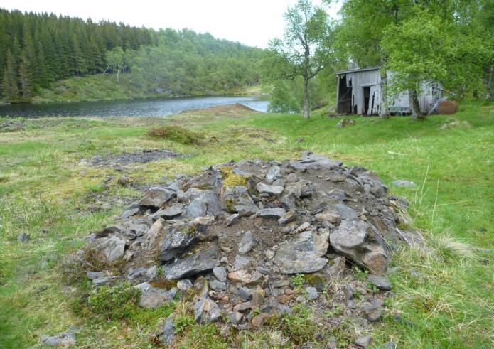 Nær Sortland har det tidligere vært drift på grafitt, restene etter den gamle gruveaktiviteten ligger der fortsatt. (Foto: Ane K. Engvik)