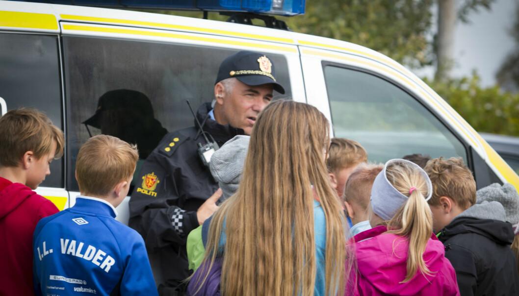 Det er viktig at politiet tar seg tid til å rusle gatelangs og prate med folk, mener forsker. Det skaper tillit blant befolkningen.  (Illustrasjonsfoto: Colourbox)