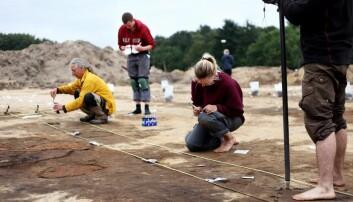 På bildet ser vi studenter Københavns Universitet som er i gang med å ta prøver fra det som en gang i jernalderen var et militæranlegg med våpenproduksjon.  (Foto: Maja Theodoraki)