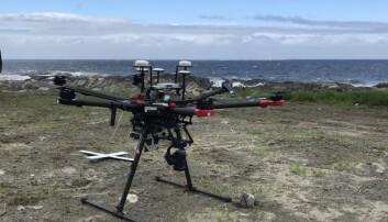 NIVA testar ulike typar drone under kartlegging av fjøresona på Søre Sunnmøre. Nederst er ein såkalla rotordrone, medan varianten øverst er ein fastvingedrone. NIVA-forskar Kasper Hancke (t.v) i lag med dronepilot Robert Poulsen frå firmaet Spectrofly. (Foto: NIVA)
