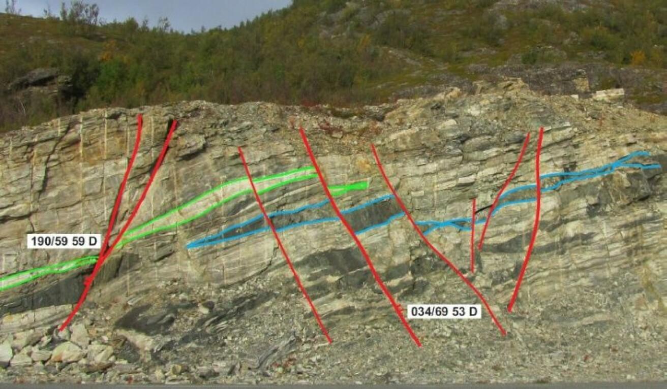 I denne veiskrenten ved Storekorsnes i Finnmark ser vi tydelige brudd i den lagvise inndelingen av fjellet og hvordan enorme krefter har forskjøvet lagene. (Foto: Jean-Baptiste Koehl)